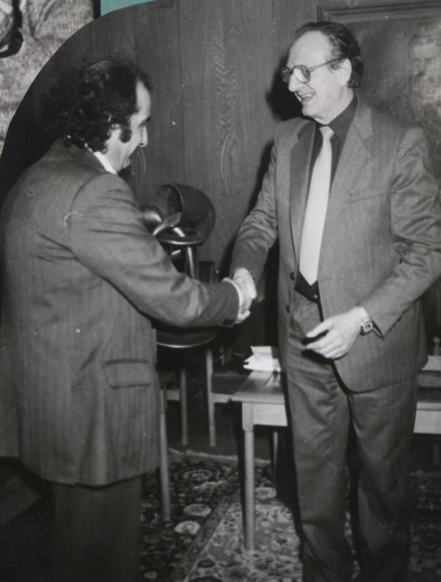 """Снимка: Любен Дилов (вдясно) връчва на Агоп Мелконян първата награда """"Гравитон"""""""